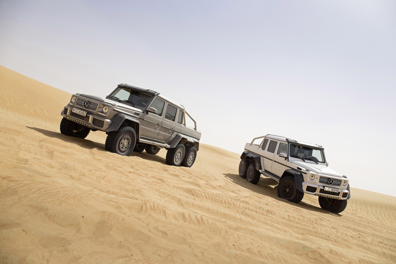 Красный джип в пустыне скачать
