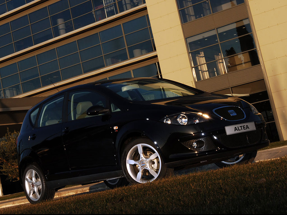 2007 Seat Altea Black and White Front Angle
