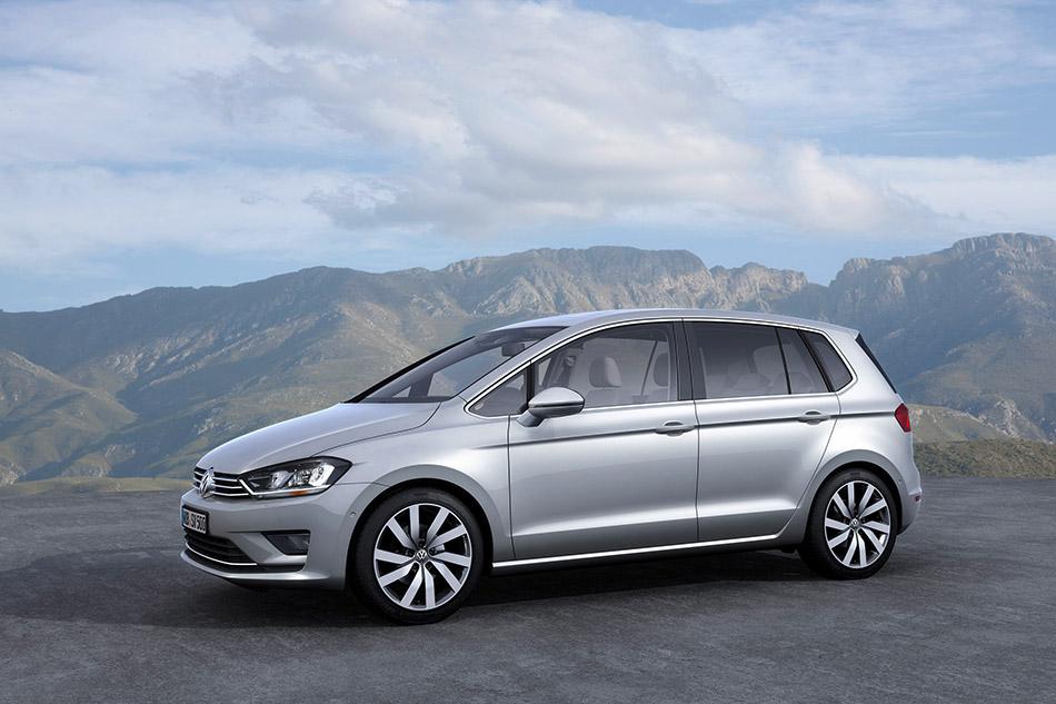 2013 Volkswagen Golf SportsVan Concept Front Angle