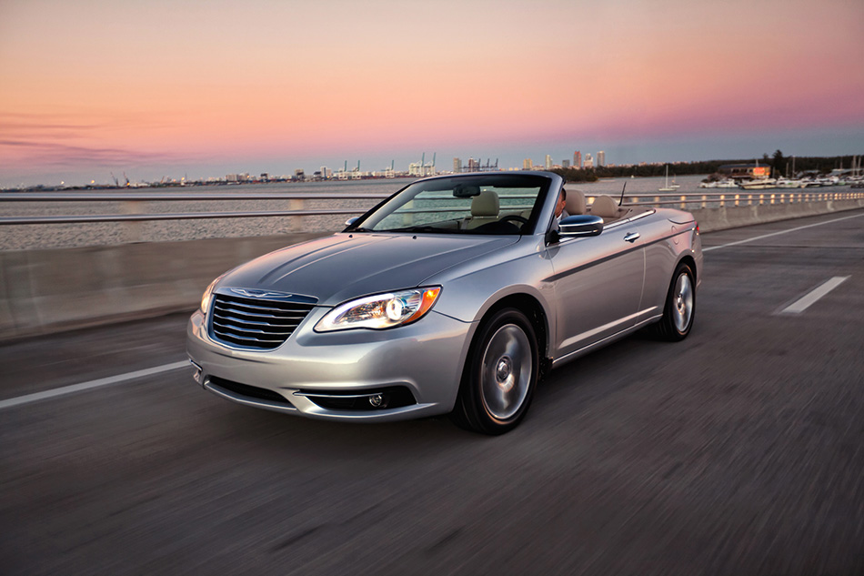 2014 Chrysler 200 Convertible Front Angle
