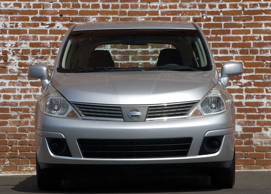 2007 Nissan Versa Hatchback Front Angle