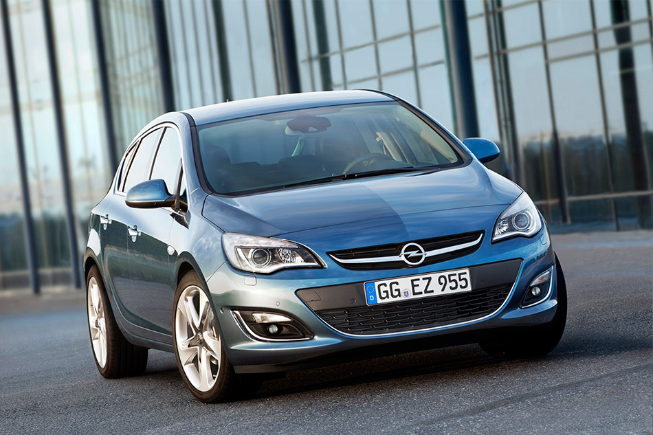 2013 Opel Astra Front Angle