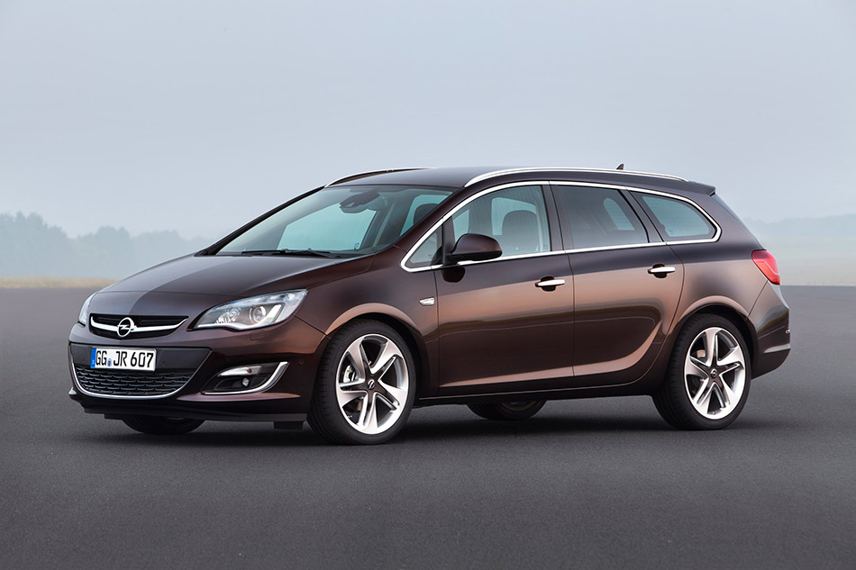 2013 Opel Astra Sports Tourer Front Angle