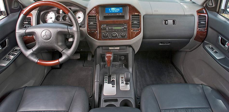 2006 Mitsubishi Montero Interior