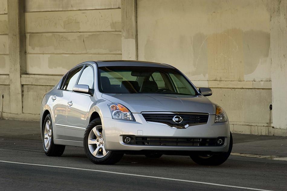 2009 Nissan Altima Sedan Front Angle