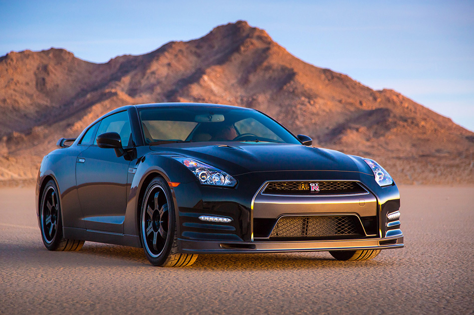 2014 Nissan GT-R Front Angle