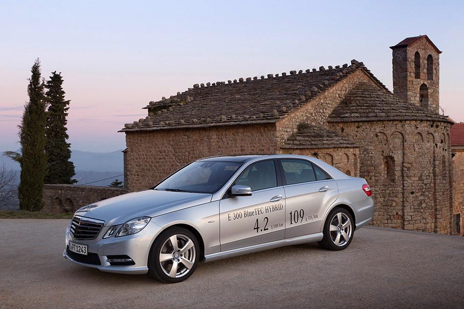 2013 Mercedes-Benz E300 BlueTEC HYBRID Front Angle