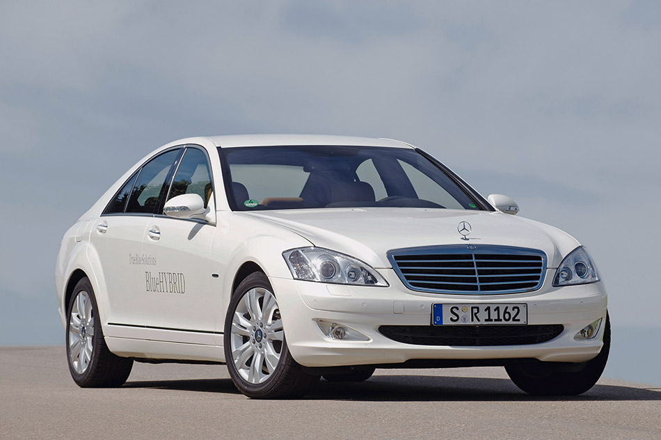 2010 Mercedes-Benz S400 BlueHYBRID Front Angle