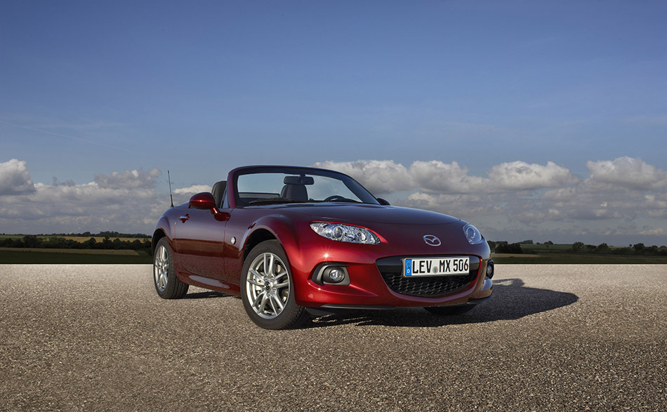 2013 Mazda MX-5 Roadster Coupe Front Angle