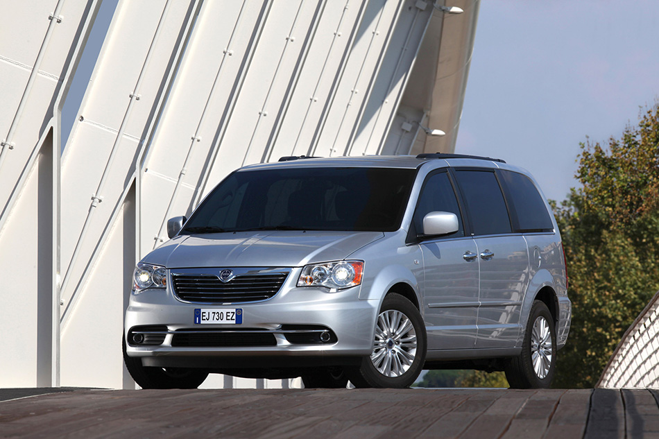 2012 Lancia Voyager Front Angle