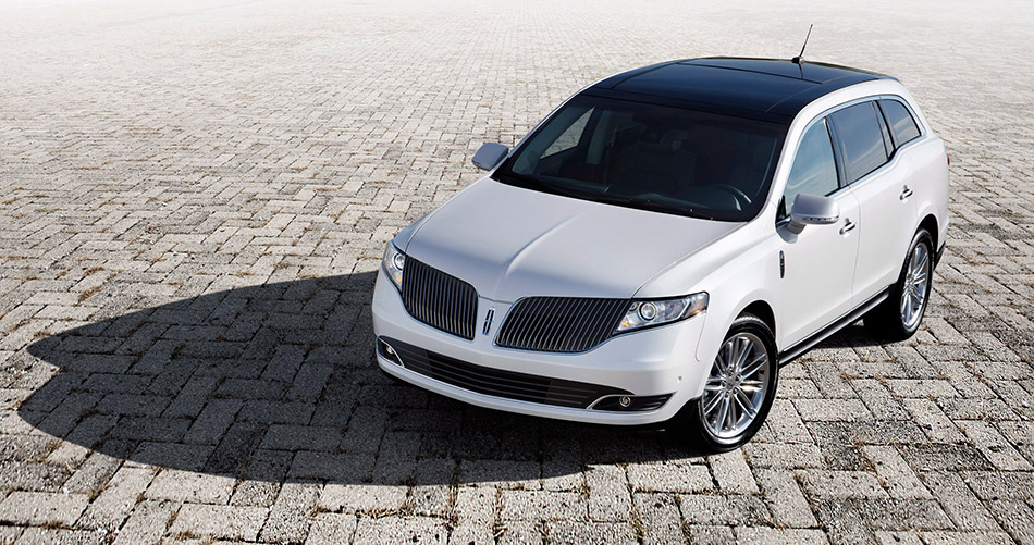 2013 Lincoln MKT Front Angle