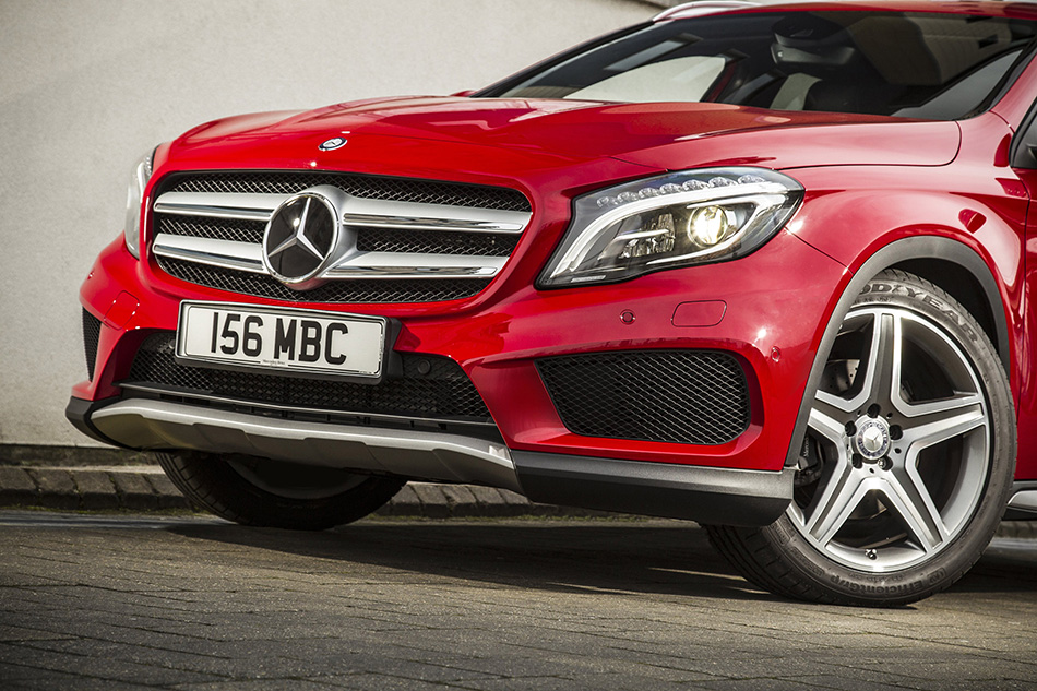 2015 Mercedes-Benz GLA UK-Version Front