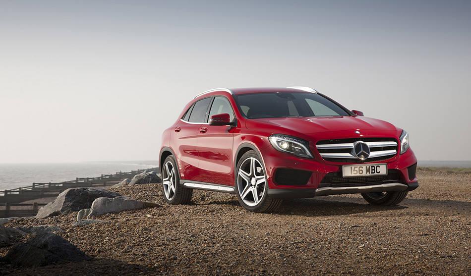 2015 Mercedes-Benz GLA UK-Version Front Angle