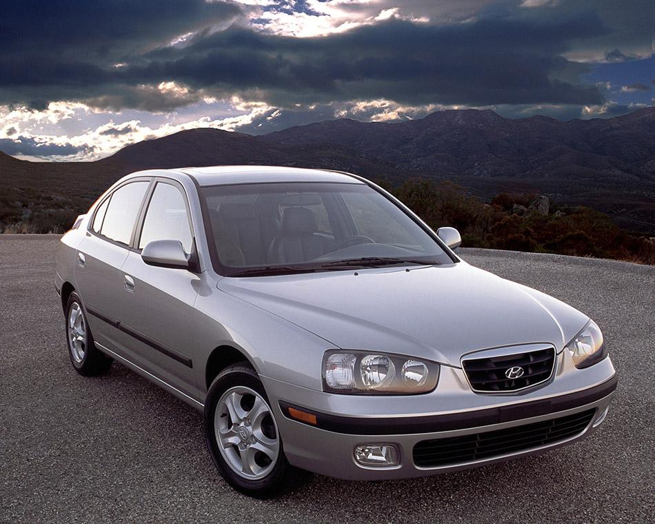 2003 Hyundai Elantra GT 4-Door Front Angle