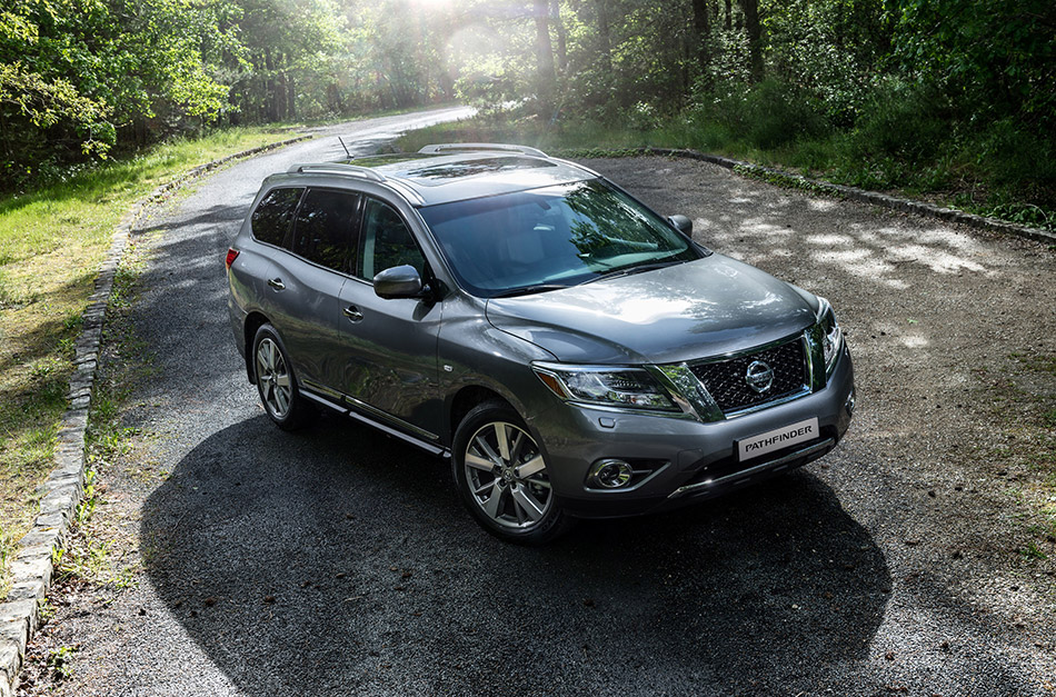 2015 Nissan Pathfinder Front Angle