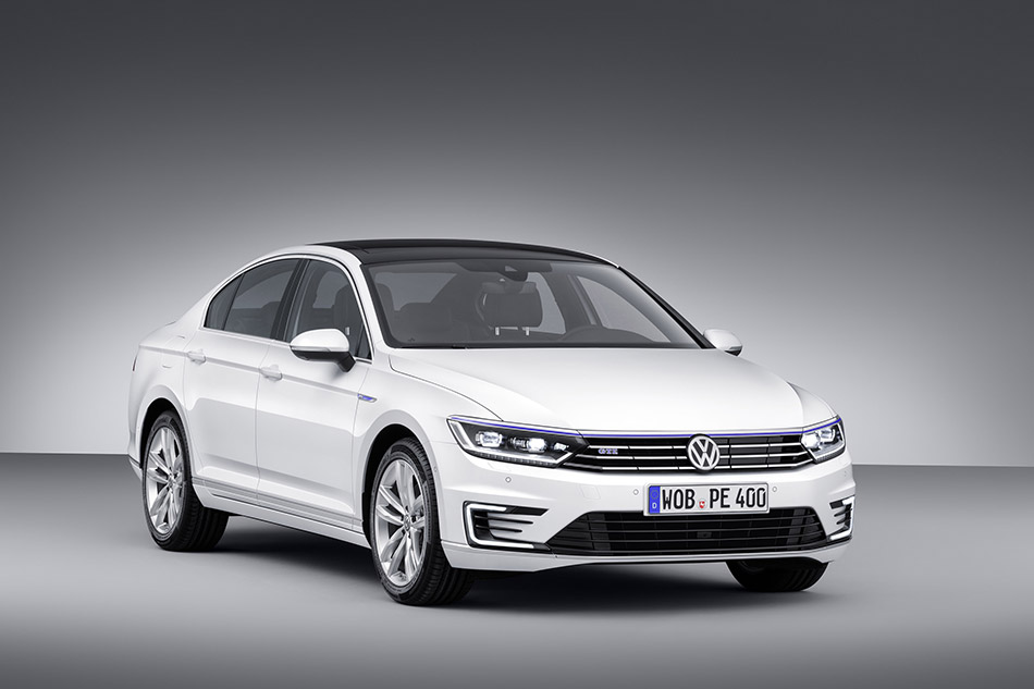2015 Volkswagen Passat GTE Front Angle