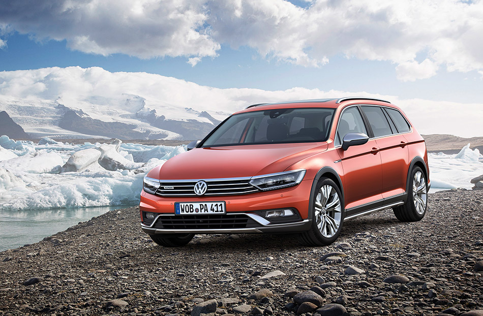 2015 Volkswagen Passat Alltrack Front Angle