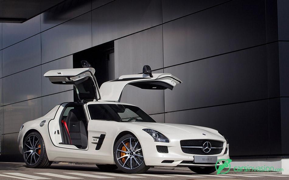 2013 Mercedes-Benz SLS AMG GT Front Angle